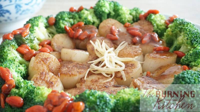 Seared Scallops with Broccoli: Pan-seared golden brown scallops with stir-fried broccoli, drizzled with plump wolfberries and brown sauce.