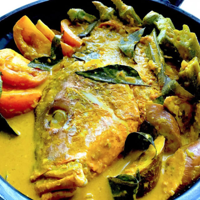Curry Fish Head: This iconic Singaporean & Malaysian favourite combines the rich spices of South Indian cuisine, the tangy flavour of tamarind and the creamy goodness of coconut milk with deliciously tender fish head, a delicacy among the Chinese.
