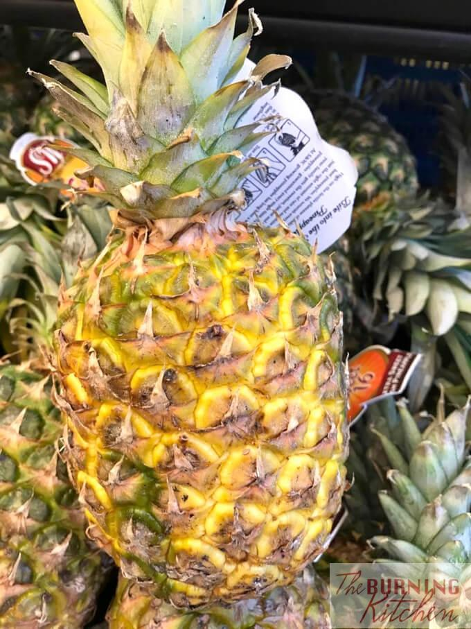 6 Tips on How to Choose Ripe Pineapples: Pineapples are one of the tricky fruits to choose, as you can't always tell from the colour alone whether or not the pineapple is ripe. To choose a good pineapple, you have to make use your different senses.